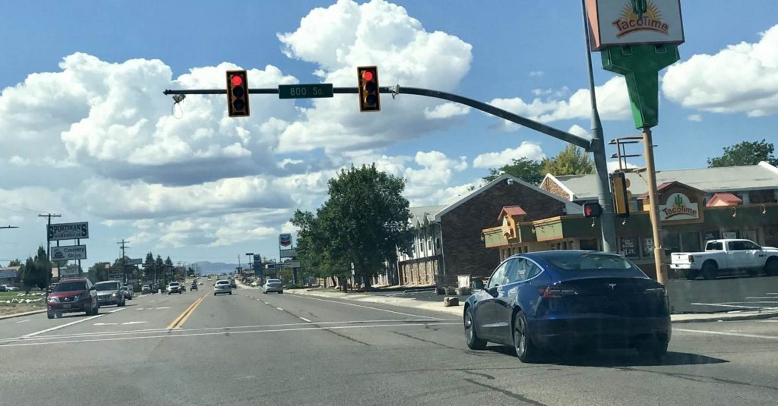 How Tesla detects traffic lights and stops automatically